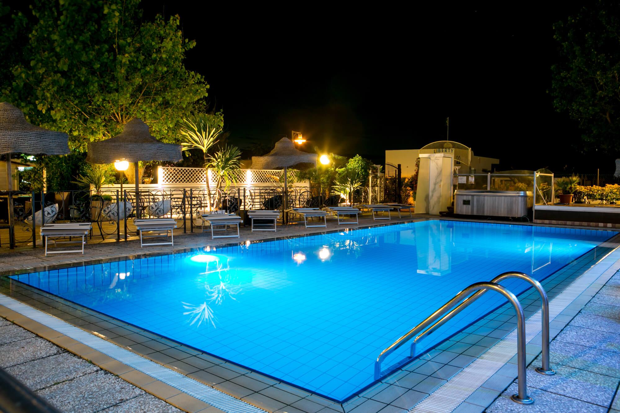Hotel con piscina a riccione goditi il relax nell albergo con idromassaggio a riccione - Hotel a pejo con piscina ...